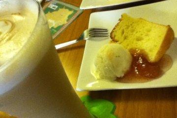 甜點的小蛋糕和冰淇淋