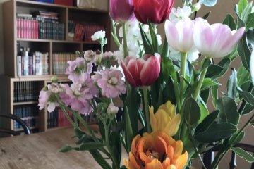 ดอกไม้สีสันสดใสและสดชื่นบนโต๊ะอาหาร