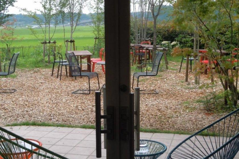 Tempat duduk yang ada di luar