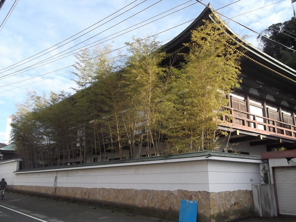 The Taishakudo hall seen from the street