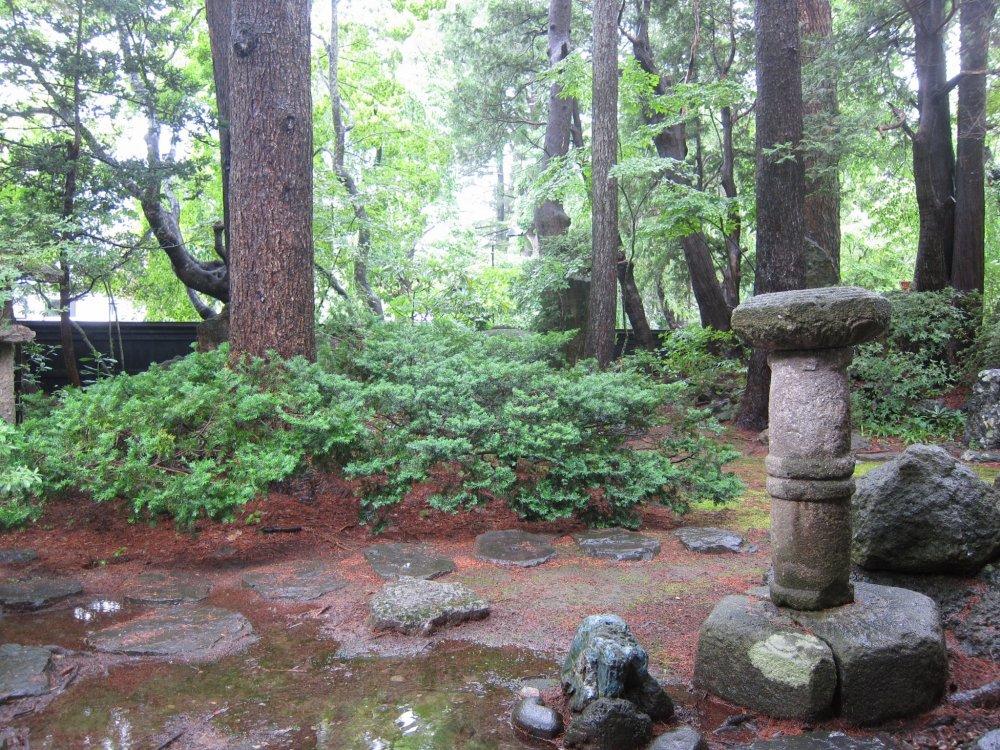 Il pleuvait, mais ce jardin traditionnel japonais est un vrai spectacle à voir