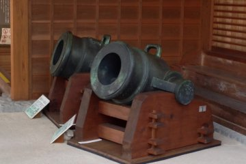 <p>Cannons on display outside the Castle Museum</p>