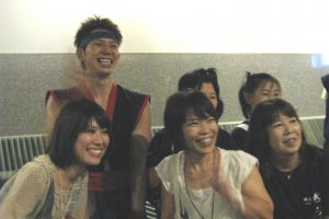 Барабанщик со зрителями после шоу