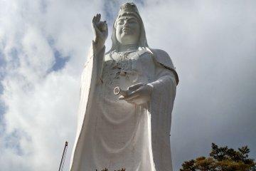 Esculturas relacionadas con el budismo se encuentran en la planta baja del edificio.terior.