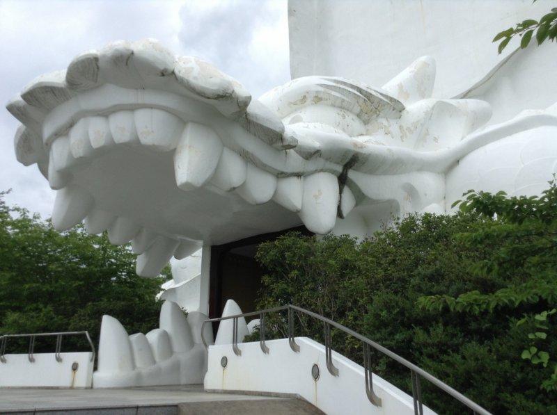 ¡La entrada a la estatua es la boca de un dragón! Parece que formas parte del menú...