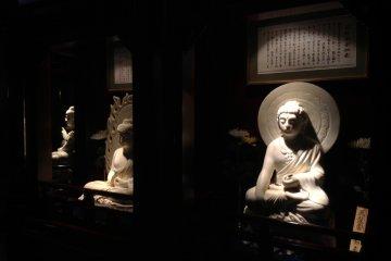 108 estatuas budistas decoran los distintos pisos del interior. Rezar a cada una de estas estatuas nos librará de los deseos mundanos.