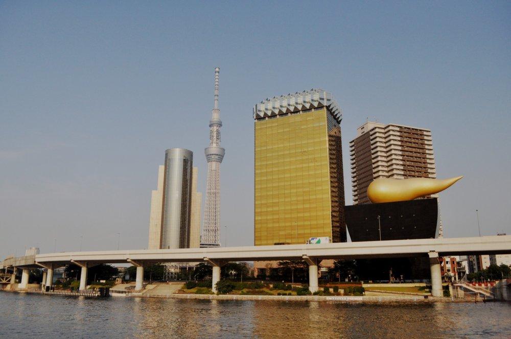 Vue sur la Skytree et le Asahi Beer Hall depuis le pont Azumabashi