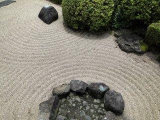돌 주변을 감싸는 물결 무늬