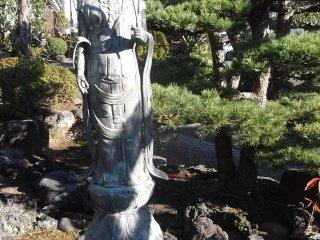 Một pho tượng trầm lặng gần điện thờ