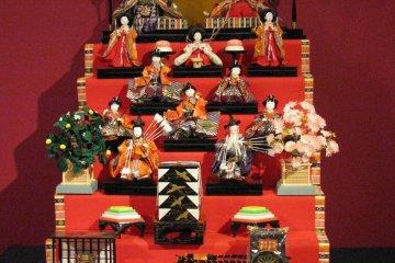 Экспозиция кукол к празднику Хинамацури