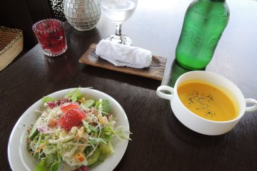 Salad and soup that comes with the baked curry set