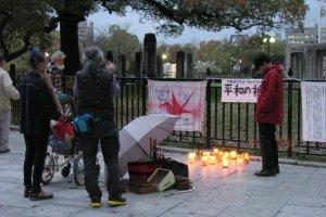 Свечи в память о жертвах Хиросимы