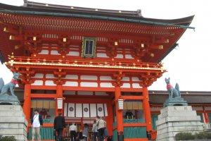 Сначала храм кажется традиционным