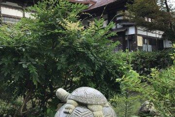 这是部分可在夏季于庭园见到的雕塑