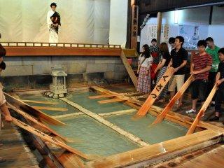 Assurez-vous de visiter Netsu no Yu et de participer à la démonstration de yumomi (friction de l'eau chaude)