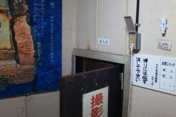 Интерьер может показаться немного пугающим, однако за этой дверью находятся исторические наскальные фрески