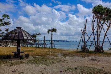 <p>Пляж - субтропический рай для отдыха, даже если он расположен в популярном торговом районе Михама Американ Виладж.</p>