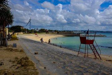 <p>Пляж широкий с заметно малым количеством кораллов</p>