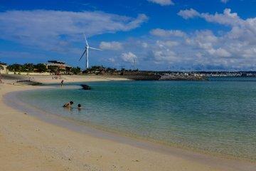 <p>Как и на большинстве остальных пляжей на Окинаве, вода здесь голубая и приглашающая искупаться.</p>