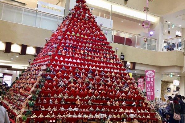 Самая большая выставка в виде пирамиды находится в ТЦ Элуми Коносу