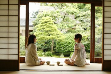 Casually enjoy tea ceremonies while in front of beautiful Japanese gardens in many places in Matsue