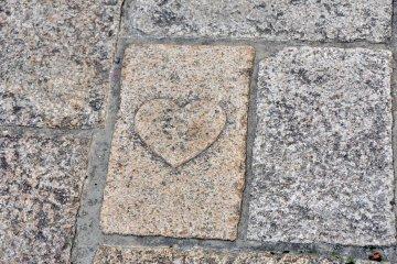 京店商店街上心形結緣石
