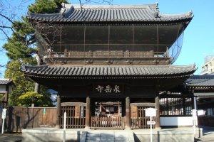 La porte principale du temple Sengakuji.