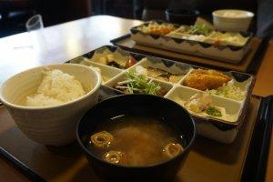 Kami memesan set teishoku yang istimewa, karena berisi banyak lauk sekaligus: ikan, katsu, daging, tahu, sayur seperti kentang dan jamur, juga salad -- lengkap sekali!