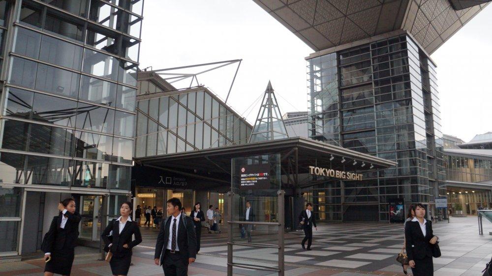 التكنولوجيا الفائقة ، والهندسة المعمارية الفريدة من طوكيو بيغ سايت يستخدم إطار من حديد الصلب مع البناء الخرسانة المسلحة، والزجاج ، والتيتانيوم .