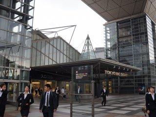 สถาปัตยกรรมไฮเท็คและเป็นเอกลักษณ์ของโตเกียว บิค ไซท์สร้างโดยการใช้เฟรมเหล็กและคอนกรีต กระจก และไททาเนี่ยม