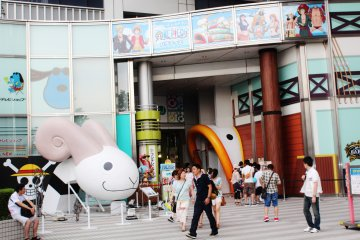 <p>Entrance to the Fuji TV goods store, located next to is the One Piece themed restaurant.</p>