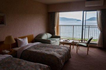 ห้องพักส่วนใหญ่จะเป็นแบบสไตล์ตะวันตก ทุกห้องมีห้องน้ำในตัว ระเบียงและวิวอันงดงาม