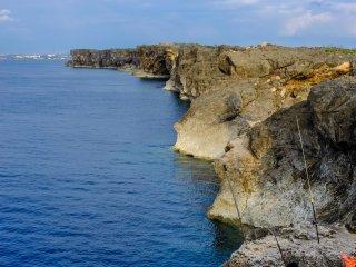 Mũi đất Zanpa được biết đến là một trong những địa điểm câu cá địa phương nổi tiếng. Một người câu cá địa phương đang thử vận may tại mũi đất Zanpa