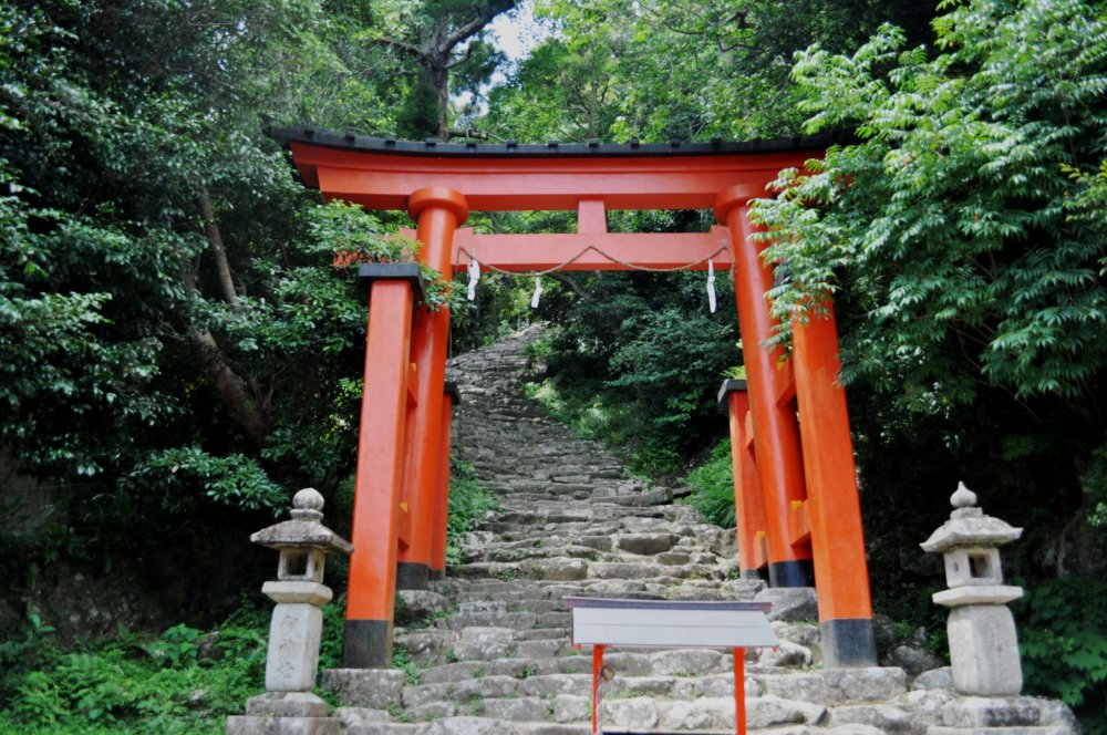 This sacred gate marks the starting point of the route to the Kamikura-jinja shrine