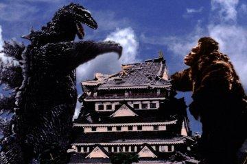King Kong and Godzilla demolish Atami Castle.
