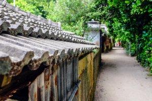 Rumah-rumah tradisional yang dibuat dengan indah tersebar di seluruh desa