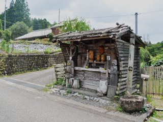 Some vegetables and hand-made wooden souvenirs can be bought along the way