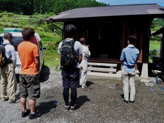 พิธีก่อนออกเดินป่าที่วัดซานกะคุริน