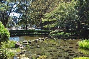 Durante o Verão, o lago do parque enche-se de água, proporcionando um ambiente refrescante