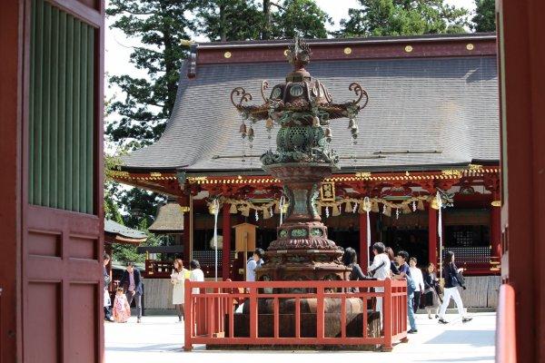 Фонарь, стоящий посередине внутреннего двора храма Сиогама