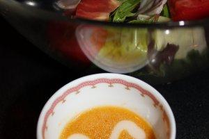Соус оформлен в виде белого кролика, так жалко выливать его на салат!