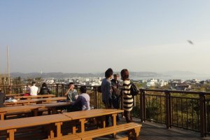Hase-dera temple is famous for its nice view of Sagami bay. There are picnic tables on the observation platform and you can enjoy viewing the Miura peninsula, and Yuigahama and Zaimokuza beaches, which is very popular among marine sports enthusiasts.