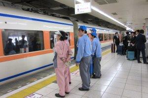 Специальные уборщики поезда перед отправлением