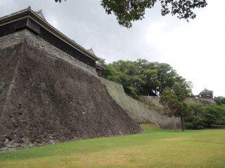 Bức tường của thành cổ nhìn từ bên ngoài