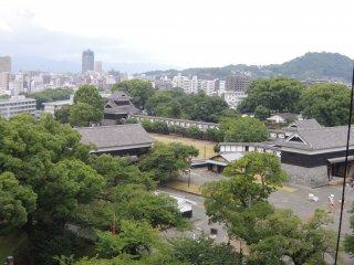 Sự tương phản giữa những tòa nhà Nhật Bản truyền thống và thành phố hiện đại