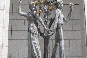 Скульптура у здания Токийского муниципалитета Метрополитан