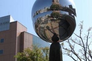 Зеркальный объект на площади Хамамацу