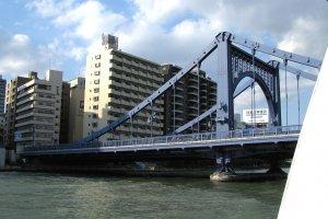 Один из мостов через реку Сумида