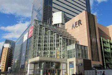 Крупный магазин UNIQLO возле станции Сендай