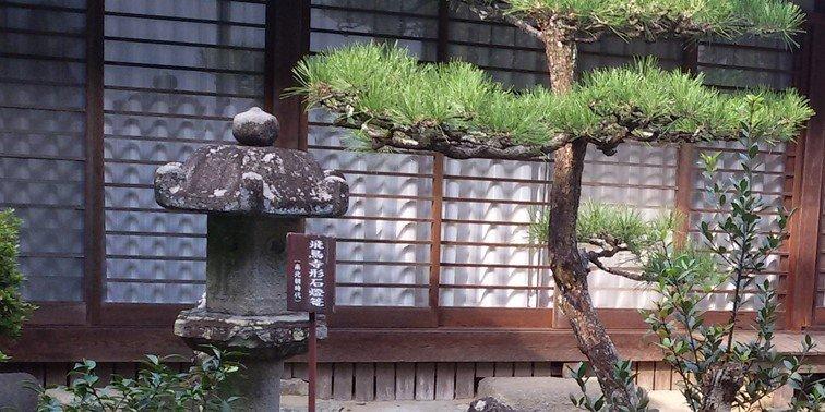 「飛鳥寺形石燈籠」是飛鳥寺(別名「安居院」)的其中一件寶物。其背面刻有一個釋迦牟尼悉曇梵文種子字和「飛鳥寺」字樣。